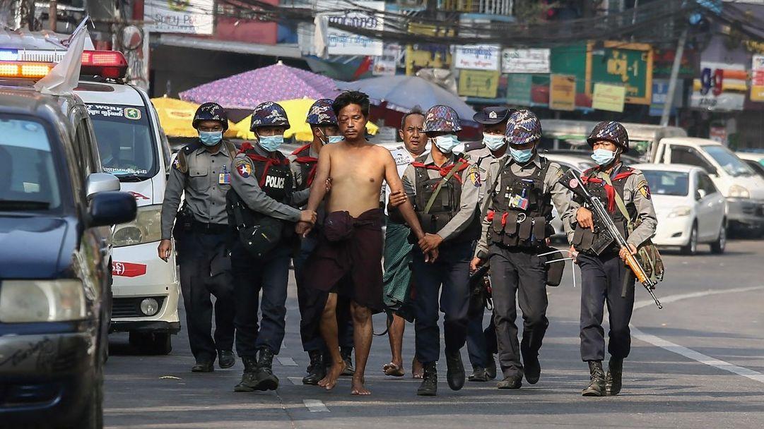 100dní barmského odporu vobrazech: Ostrými proti lidem spánvemi vrukou