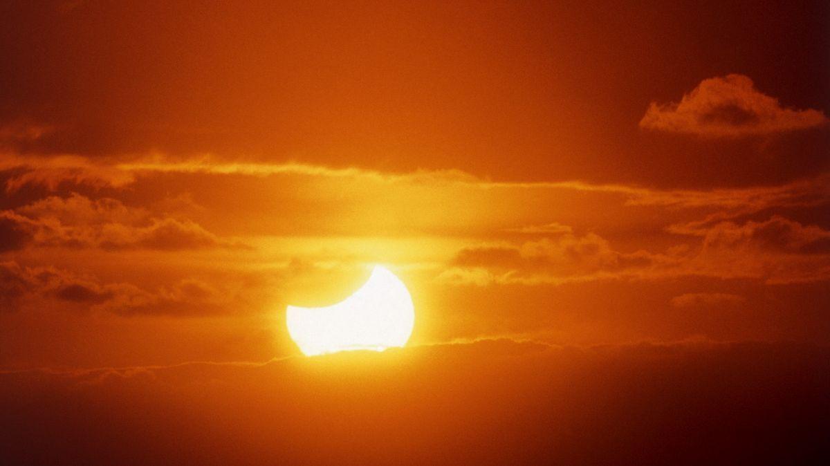 Nastává zatmění Slunce. Jak ho sledovat?