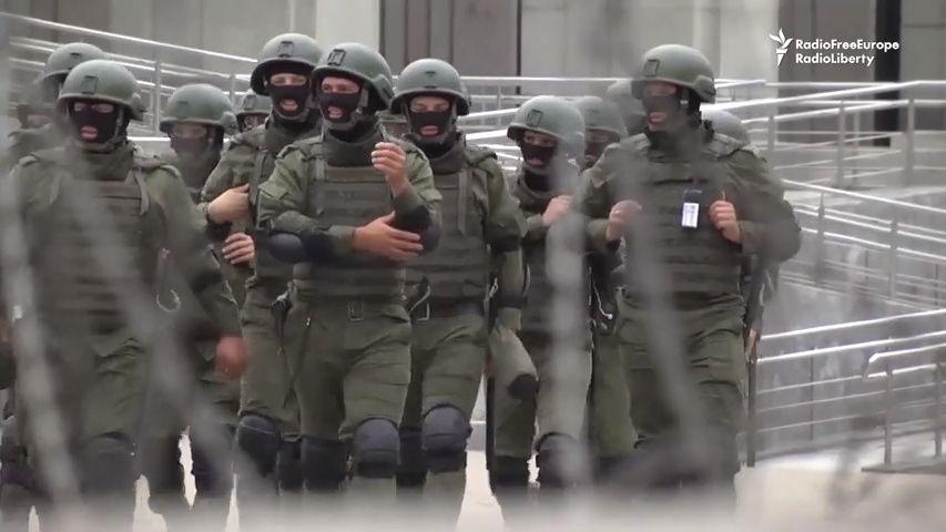 Lukašenko dál pronásleduje své odpůrce. Ti hledají azyl, kde se dá