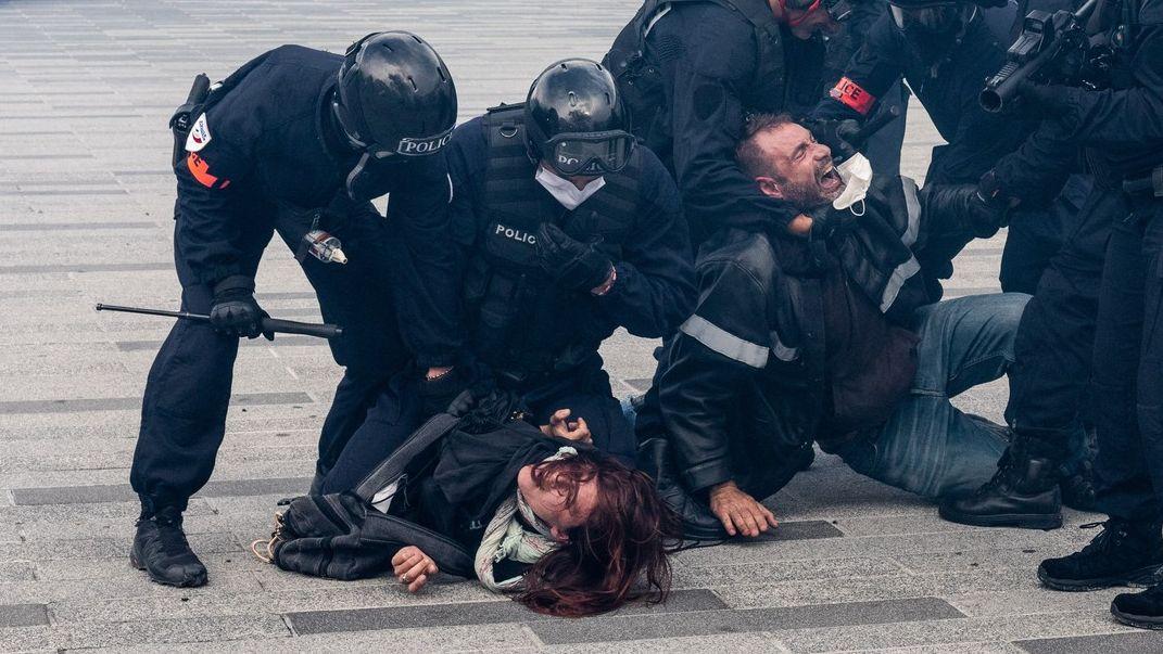 Víkend ve znamení protestů. Lidé volali po svobodě, došlo ina násilí