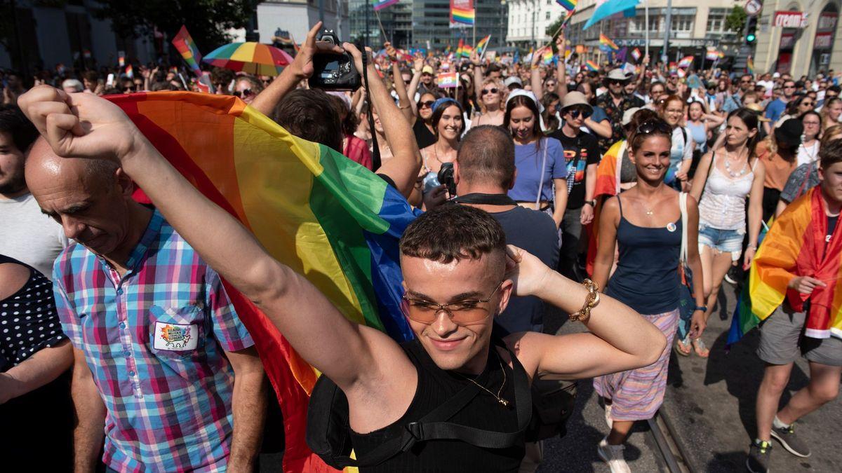 Foto: Maďarský Pride jako oslava iprotest. Budapešť zahalila duha