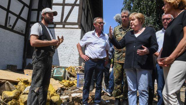 Merkelová navštívila záplavami zničené městečko. Některé lidi to nepotěšilo