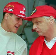 čtk: Niki Lauda / V pozdějších letech působil jako konzultant Ferrari. Zde na snímku z Velké ceny Monaka v rozhovoru s pilotem Michaelem Schumacherem, který tehdy ohajoval titul. Květen 1996.