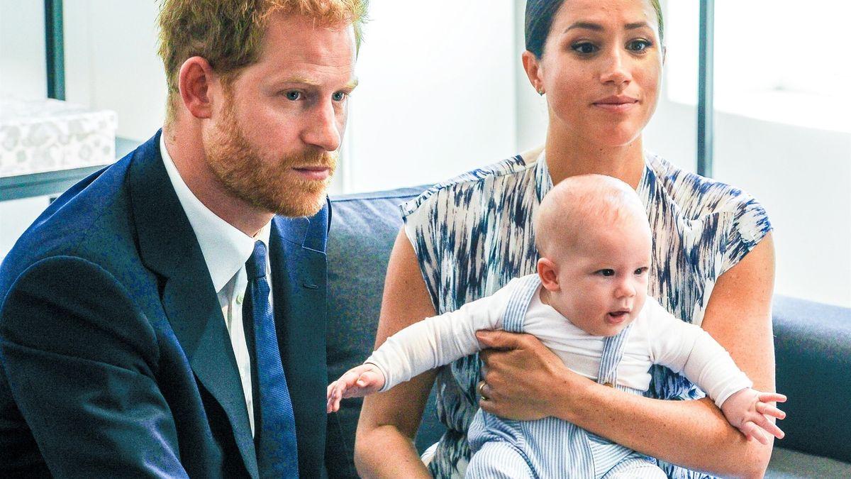 Harry a Meghan se definitivně loučí skrálovským titulem. Co bude dál?