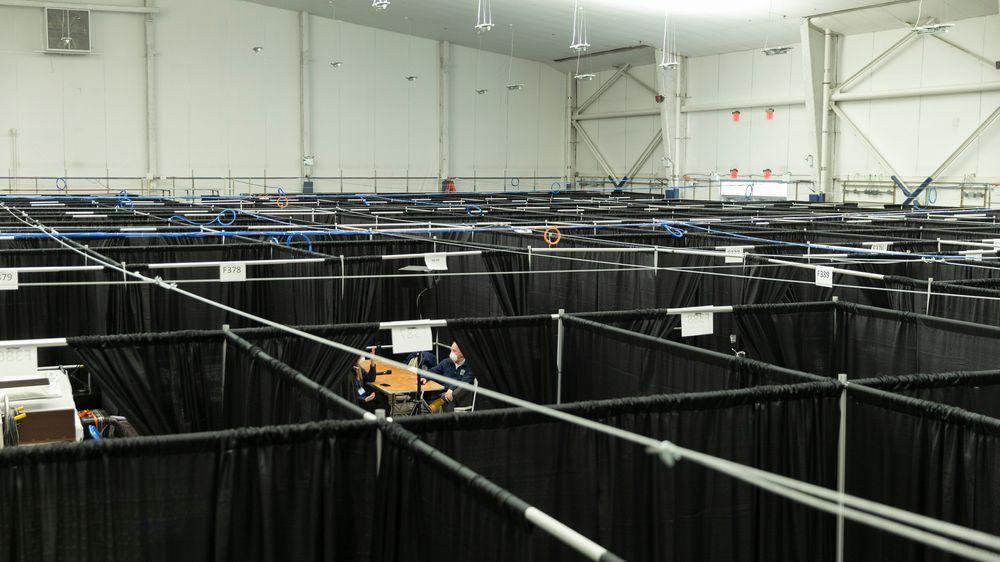 Fotky: Hrává se tu US Open. Teď na kurtech stojí postele pro nakažené