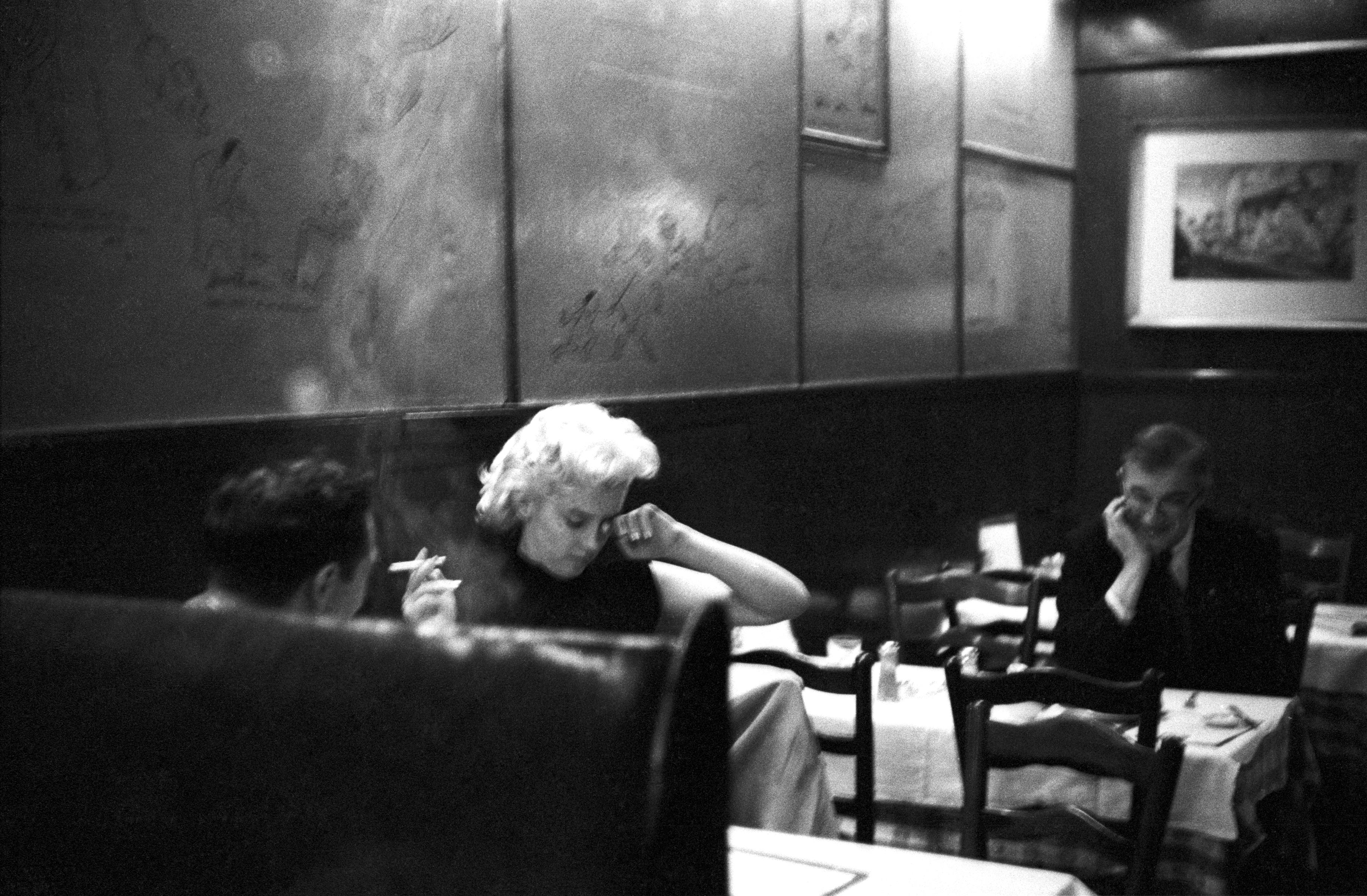 Psal se rok 1955 a ten byl pro kariéru Marilyn Monroe zlomový. Uprostřed rozepří se studiem Fox, které jí nabízelo špatně placené podprůměrné role, utekla z Hollywoodu do New Yorku. Začala chodit na lekce herectví, společně s Miltonem Greenem založila vlastní produkční společnost Marilyn Monroe Production, a v podstatě tak jako první dosáhla nezávislosti na hollywoodské továrně na sny.