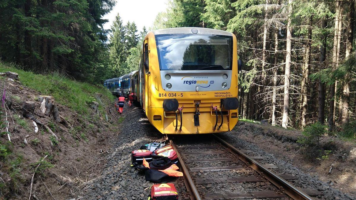 Dva mrtví a desítky zraněných při srážce vlaků. Policie už zadržela strojvedoucího