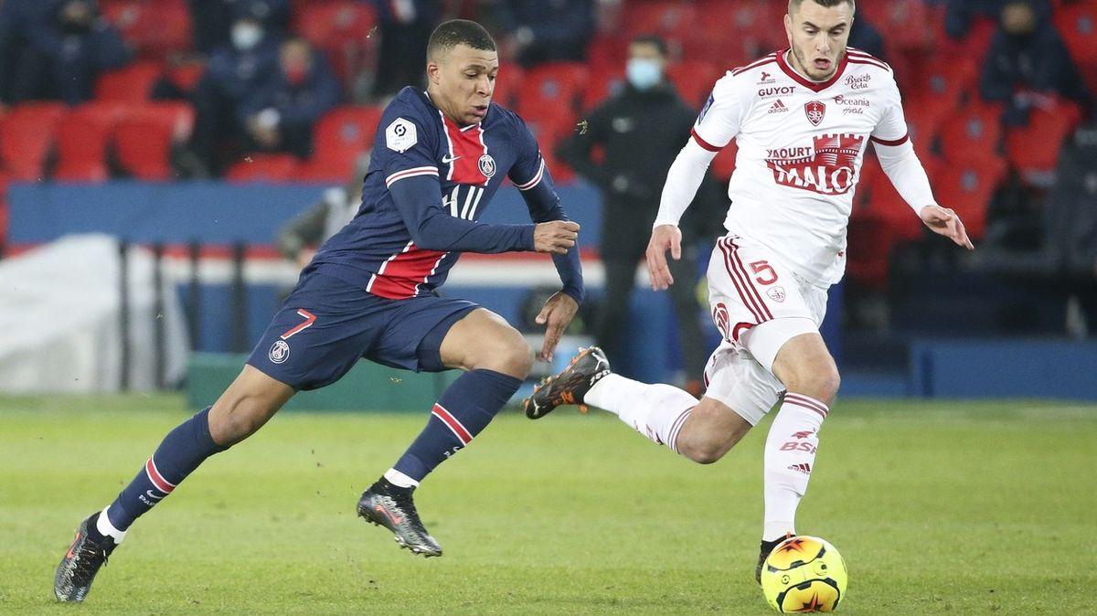Fotbalisté ve Francii přijdou očást platů. Kluby dusí (nejen) pandemie