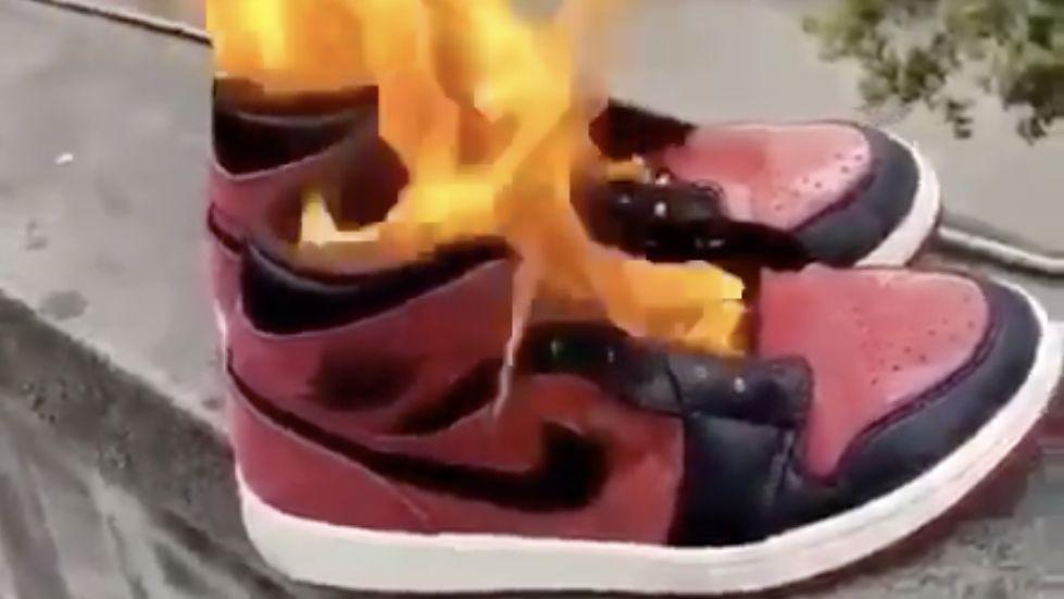 Číňané pálí tenisky Nike. Firma upadla vnemilost