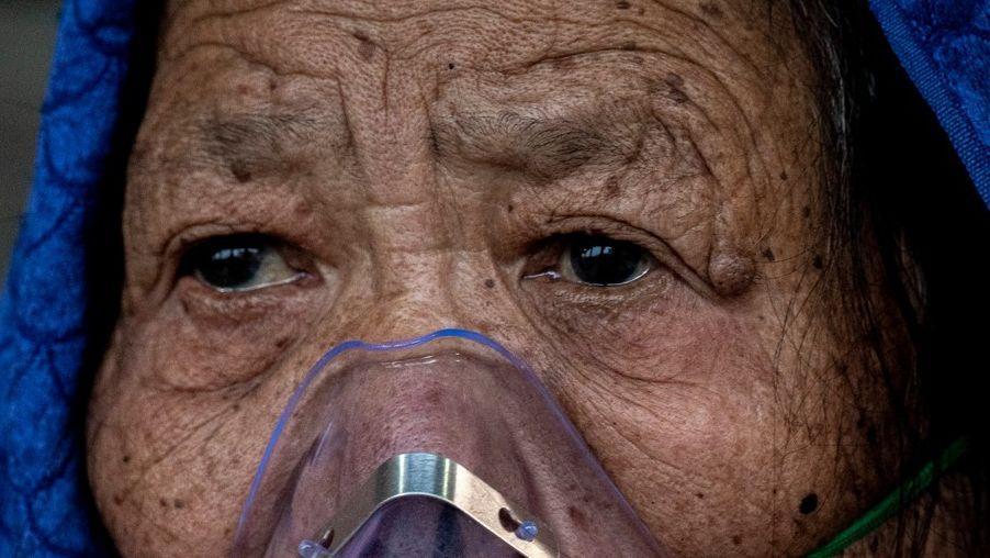 Plná krematoria a lidé ležící na ulici: Mutace drtí zemi pod Everestem