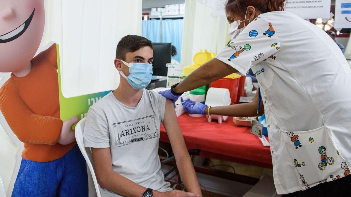 Izrael nabízí třetí dávku vakcíny proti covidu-19lidem soslabenou imunitou