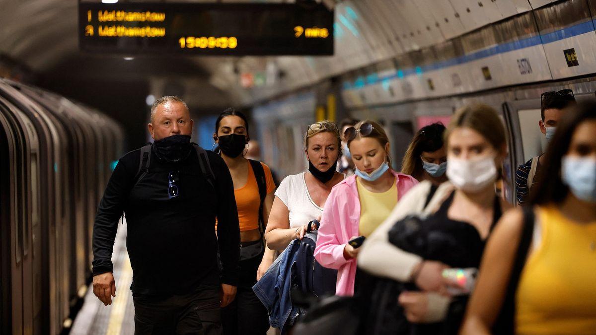 Rozvolnění vohrožení. Británie čelí o40% nakažlivější mutaci delta