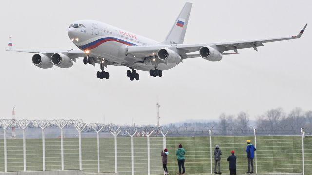 VPraze přistál speciál zMoskvy pro vyhoštěné zaměstnance ruské ambasády