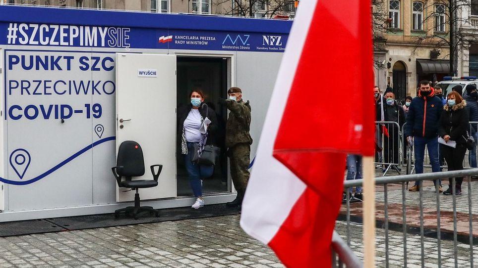Vpolském městě se bude očkovat povinně. Primátor dostal ochranku