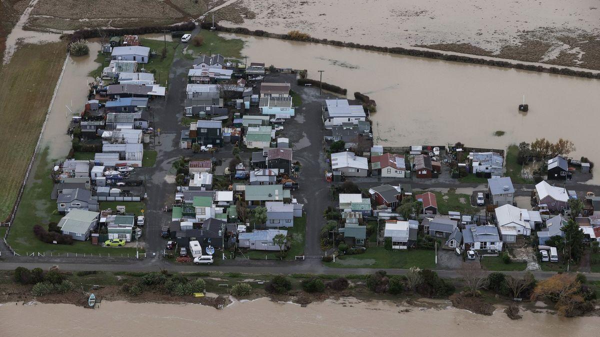 Video: Sesuvy půdy a uvěznění lidé. Nový Zéland pustoší povodně