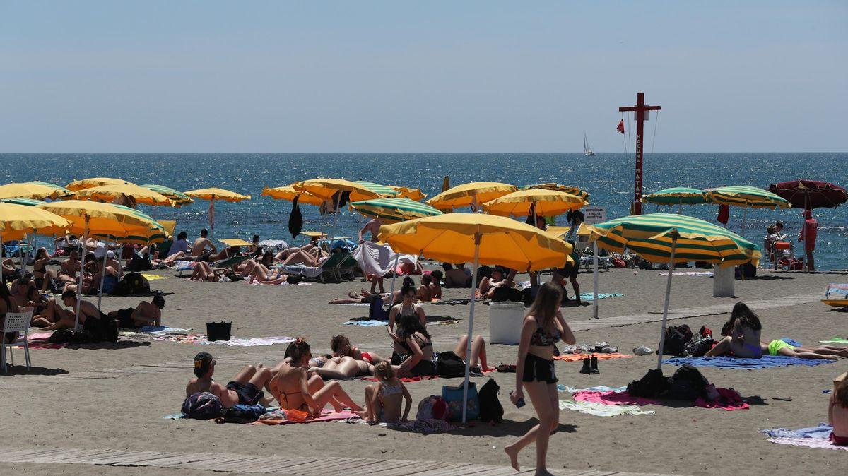 Italové se nechtějí očkovat kvůli dovolené. Druhou dávku dostanou ina pláži