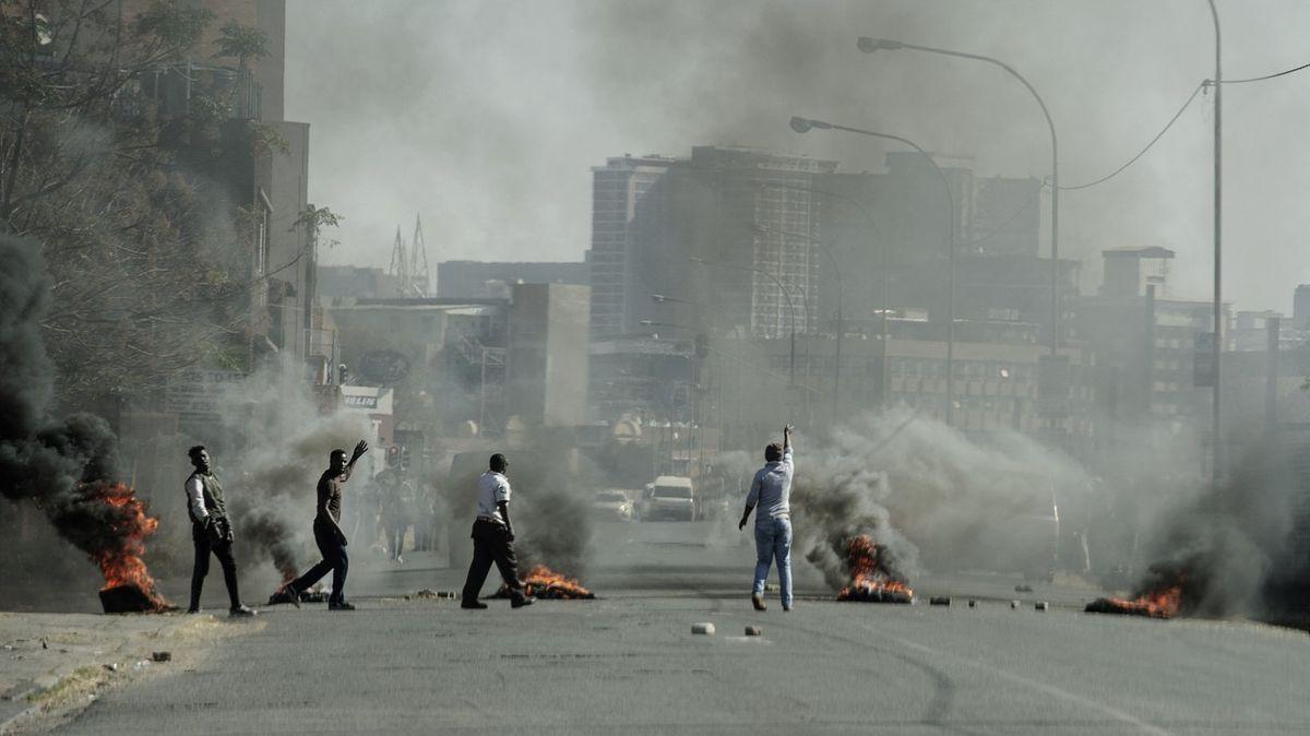 Fotky znočních nepokojů vJAR. Propukly po nástupu exprezidenta do vězení