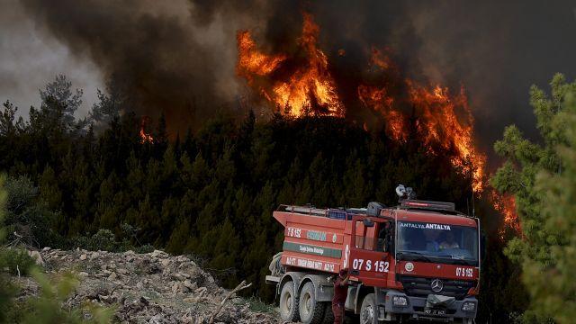 Už 6obětí požárů vTurecku. Turisté prchali před ohněm zhotelů na moře