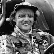 čtk: Niki Lauda v autě před závodem. Snímek nedatován