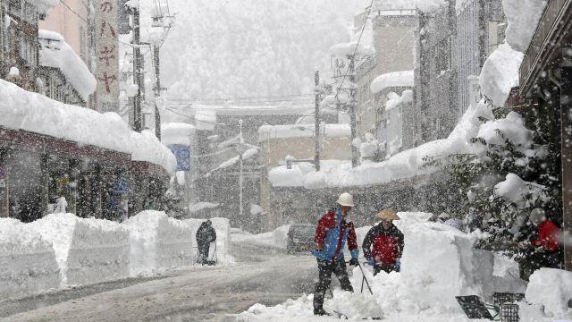 Video: Sněhová kalamita paralyzovala Japonsko. Sníh komplikuje dopravu