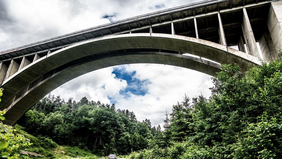 """Nový """"špunt"""" na dálnici D1. Most uPrahy nenápadně vyškrtli zplánu oprav"""