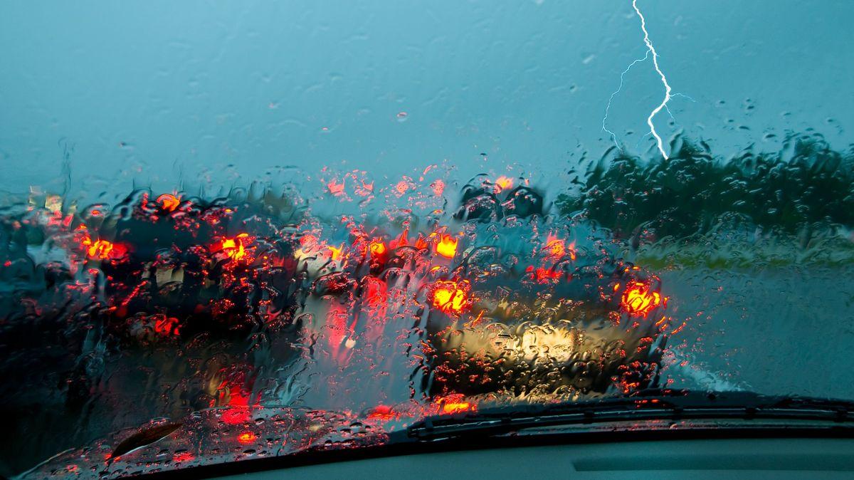Na Česko se ženou bouřky, hrozí ipovodně