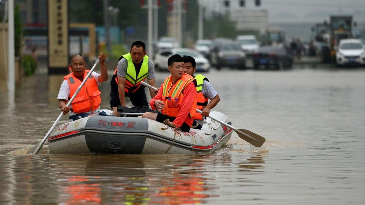 Záplavy vČíně dál hrozí, počet obětí vzrostl na 51