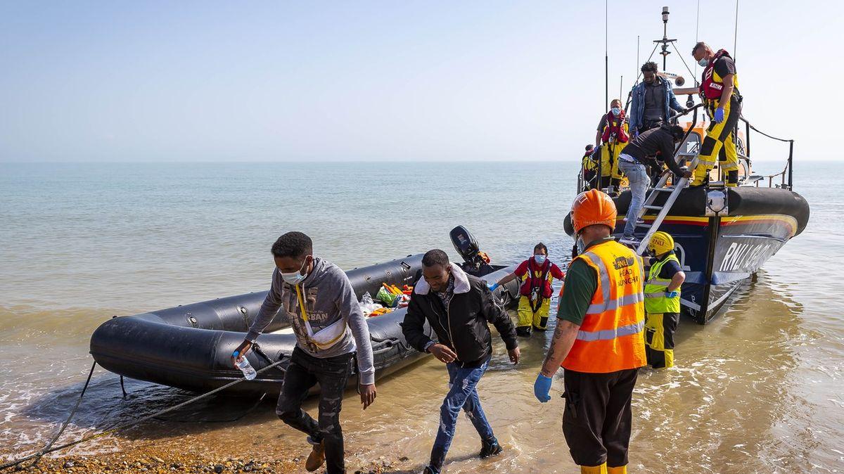 Britové zaplatí Francii desítkymilionů eur za ochranu hranic. Migrantů přibývá