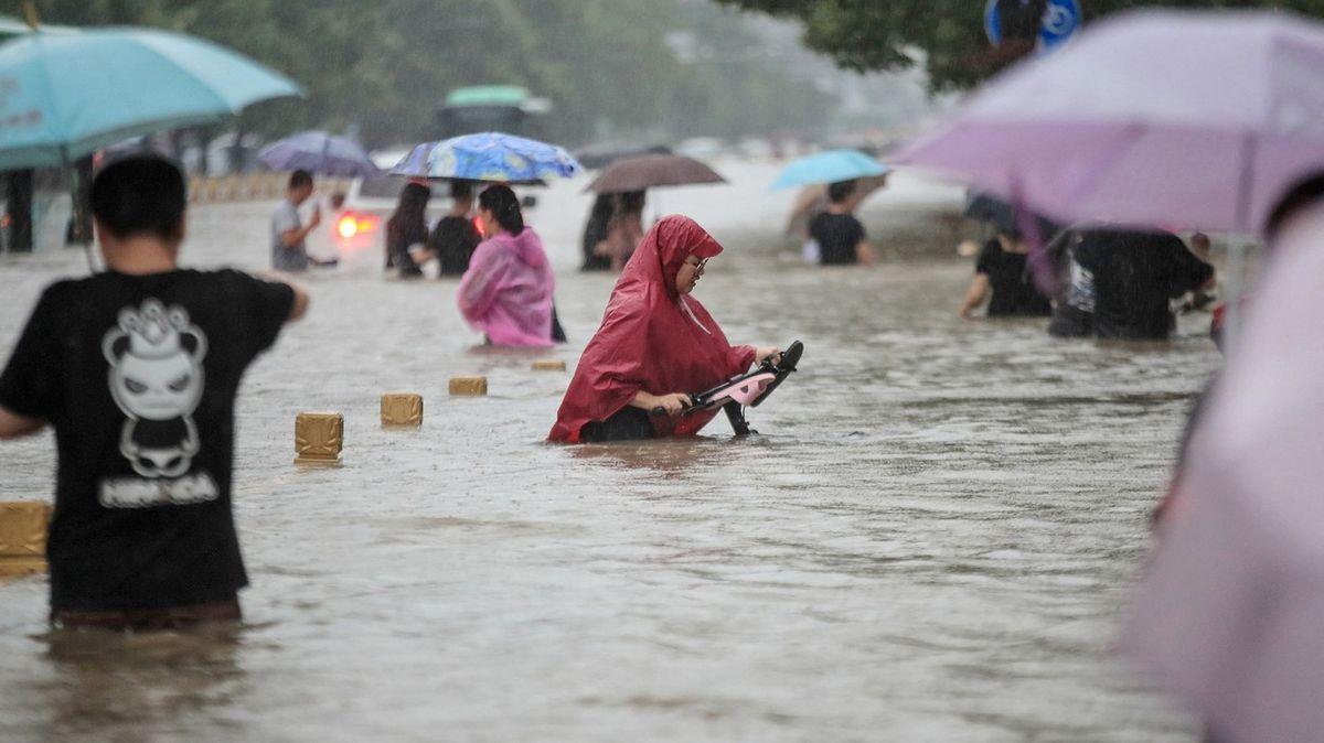 Fotky ze záplav vČíně. Voda vulicích do pasu a uvěznění vmetru