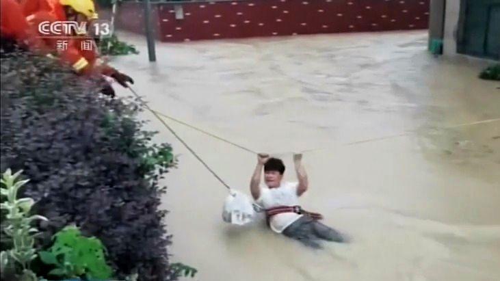 Video: Tajfun Infa zasáhl Čínu, Šanghaj se ocitla pod vodou