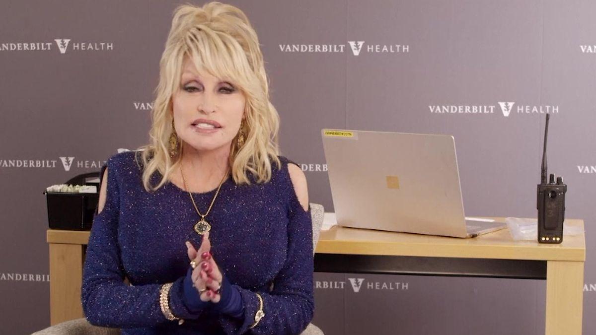 Video: Amerika se znovu zamilovala do Dolly Partonové. Bude zvakcinačního popěvku hit?