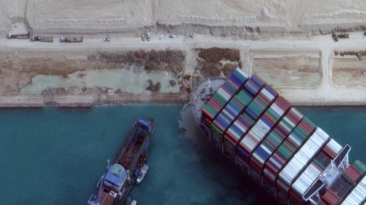 Drahá nehoda. Kvůli lodi vSuezu stojí přeprava zboží za stovky miliard korun