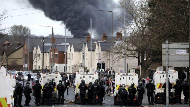 To, čeho se všichni báli. Severní Irsko zaplavily nepokoje, Belfast vplamenech