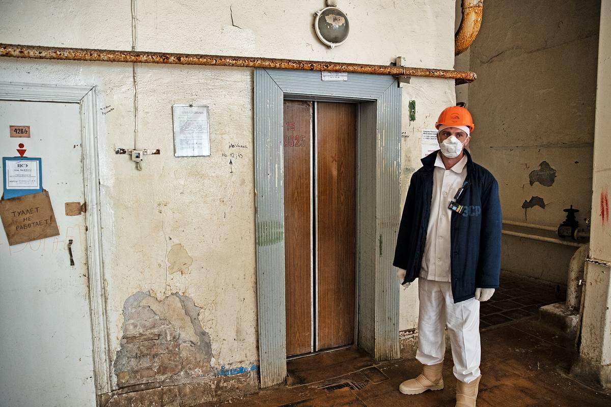 Cedule na dveřích vpravo varuje, že toalety jsou mimo provoz. Jak se říká, ďábel se skrývá v detailu.