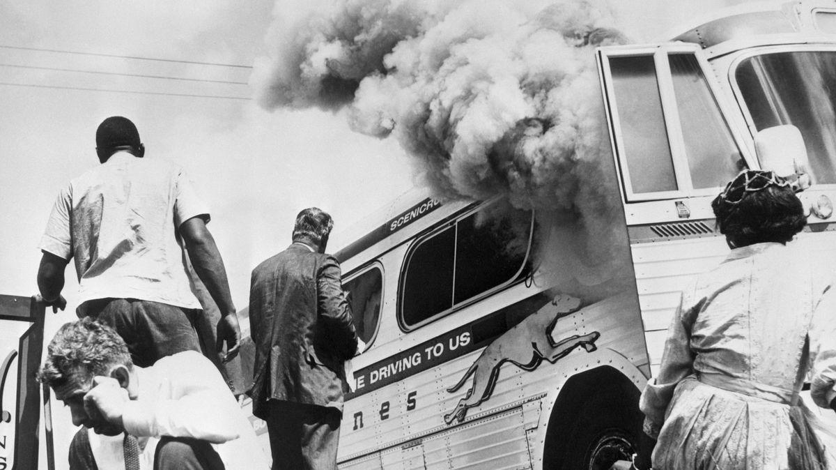 Autobusem proti rasové segregaci. Před 60lety vyjeli první Freedom Riders