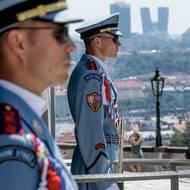 SZ / letní počasí na Pražském hradě. Vojáci při vysokých teplotách opouštějí stráž.