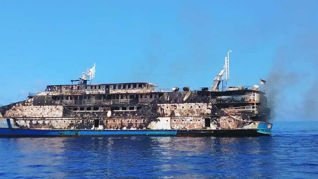 VIndonésii hořel trajekt s274lidmi na palubě. Jedna osoba se pohřešuje