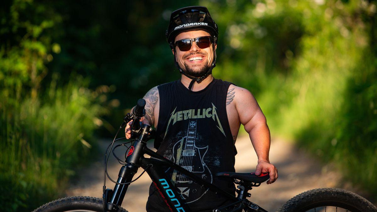 Na hendikep si zvyknete jako na kérku, říká biker vysoký necelý metr a půl