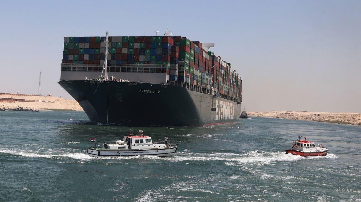 Odplula loď, která zablokovala svět. Podívejte se na nejlepší snímky týdne