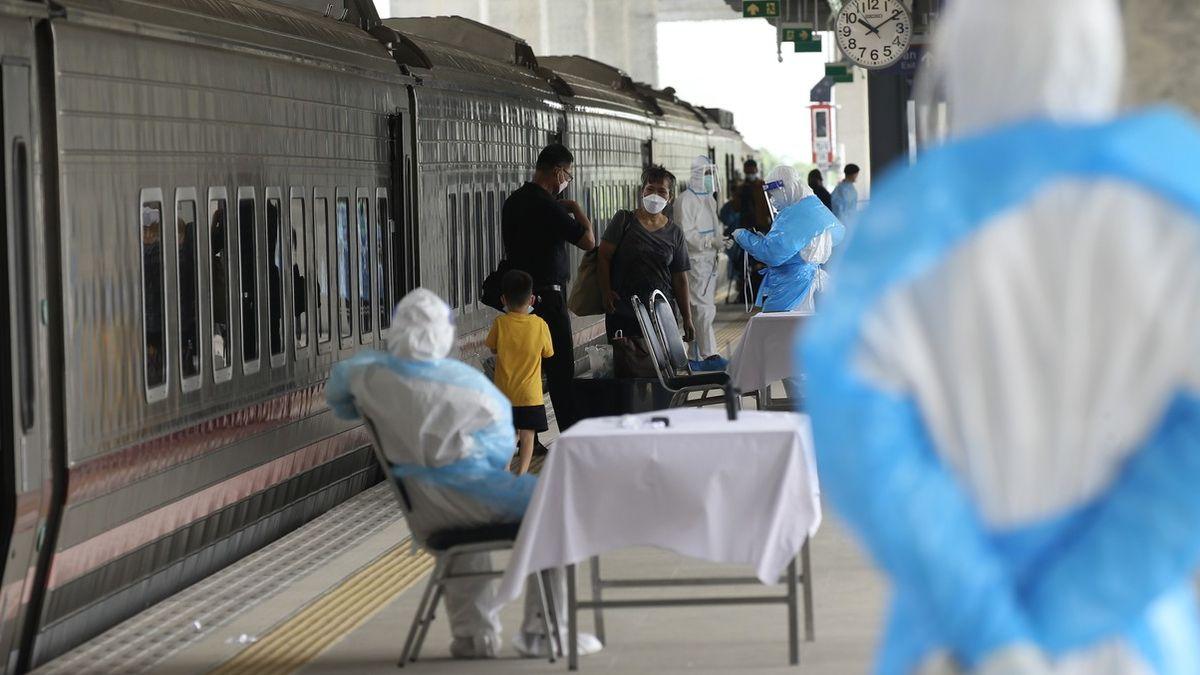 Fotky: VBangkoku kolabují nemocnice, úřady vypravují covidové vlaky na venkov