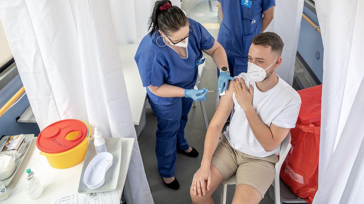 Řada zemí aplikuje třetí dávky vakcín, WHO požaduje odložení do konce roku