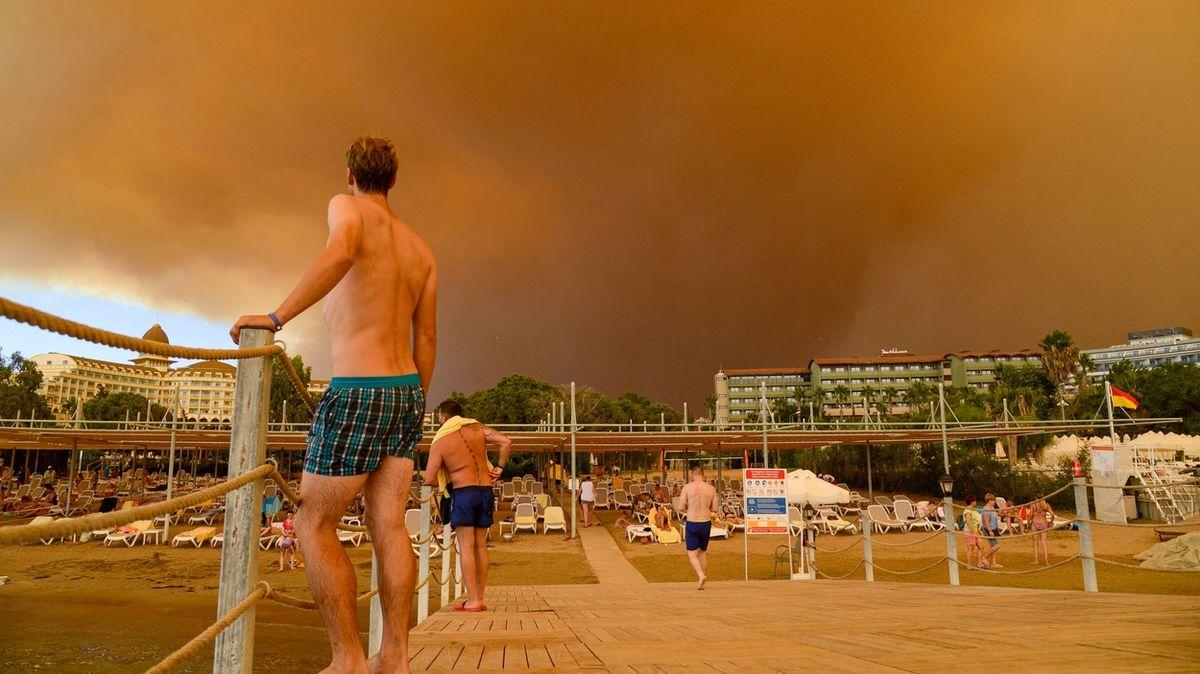 Fotky: Antalya hoří, turisty to neodradilo