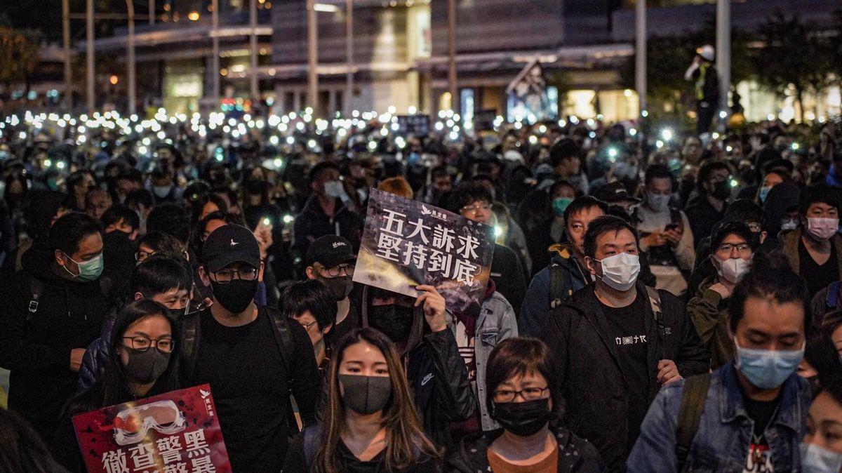 Ani pod tlakem hřbet před Čínou neohnou. První země nabízí pomoc Hongkongu