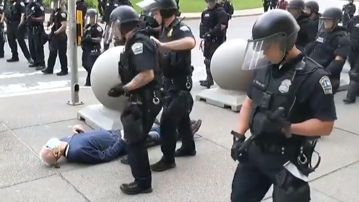 """""""Provokatér zAntify,"""" označil Trump 75letého muže, kterému policie rozbila hlavu"""