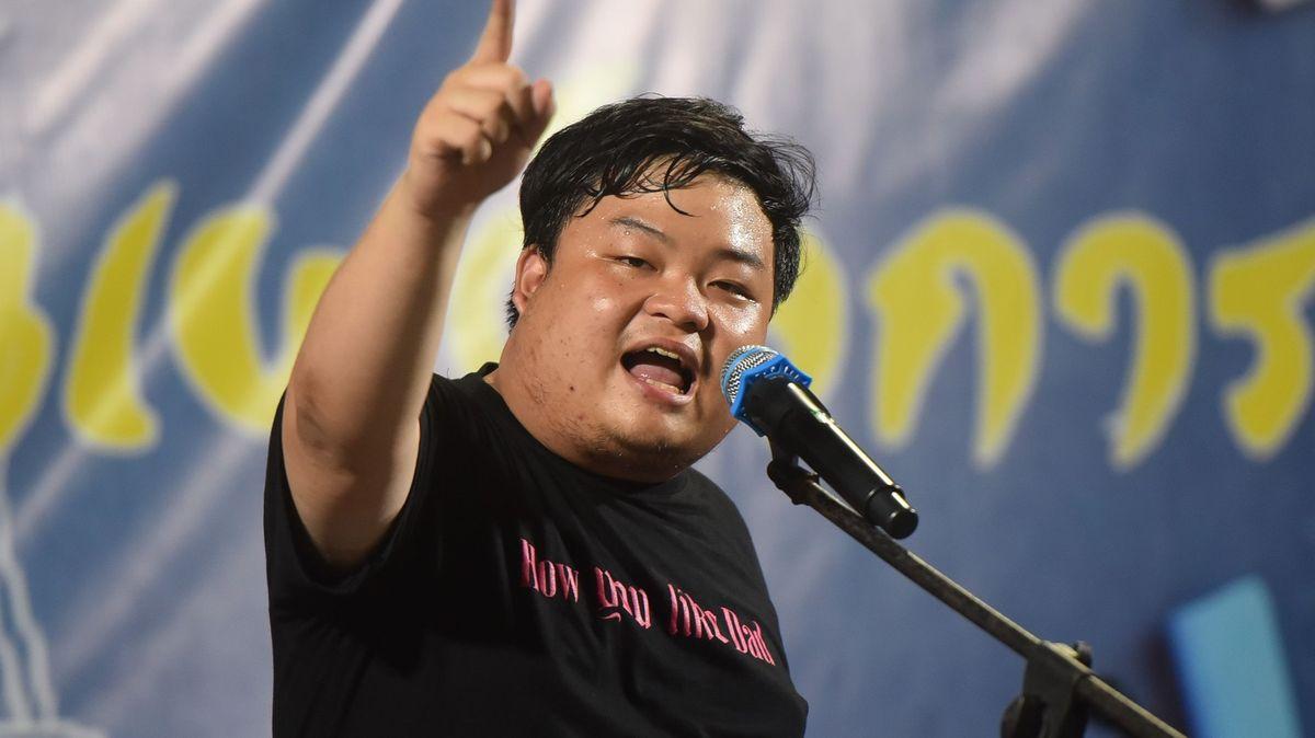 VThajsku přituhuje. Lídry protestů obvinili zurážky majestátu