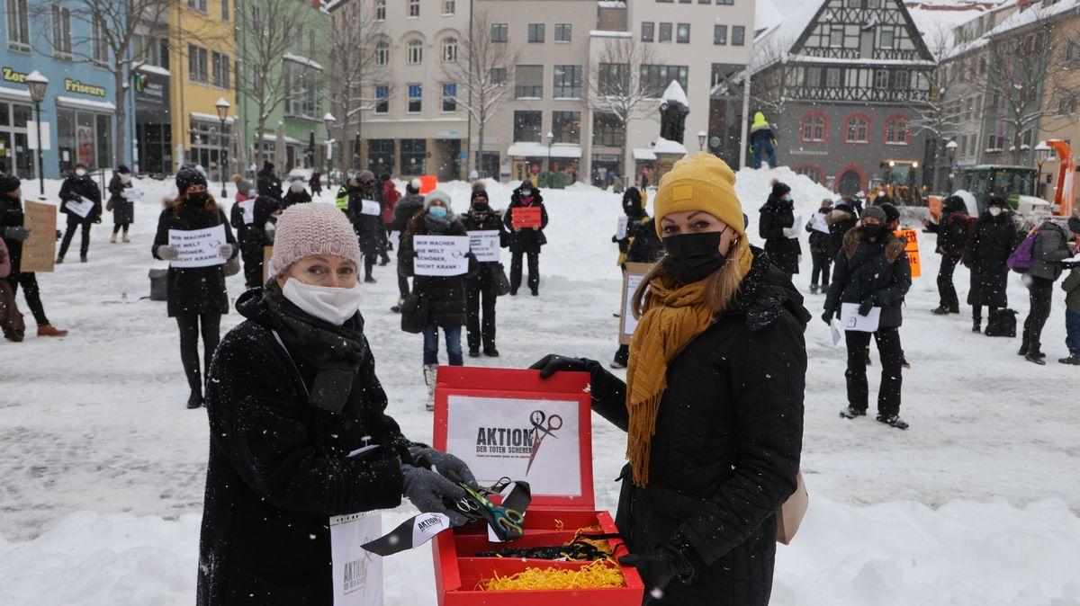 Karanténa vNěmecku potrvá nejméně do 7.března, země otvírá kadeřnictví