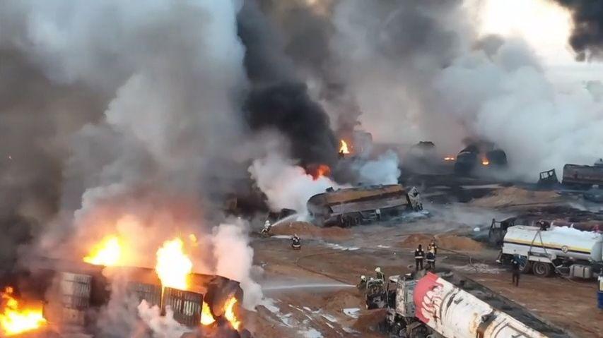 Záběry ze vzduchu ukazují ničivé důsledky útoků na syrské ropné rafinérie