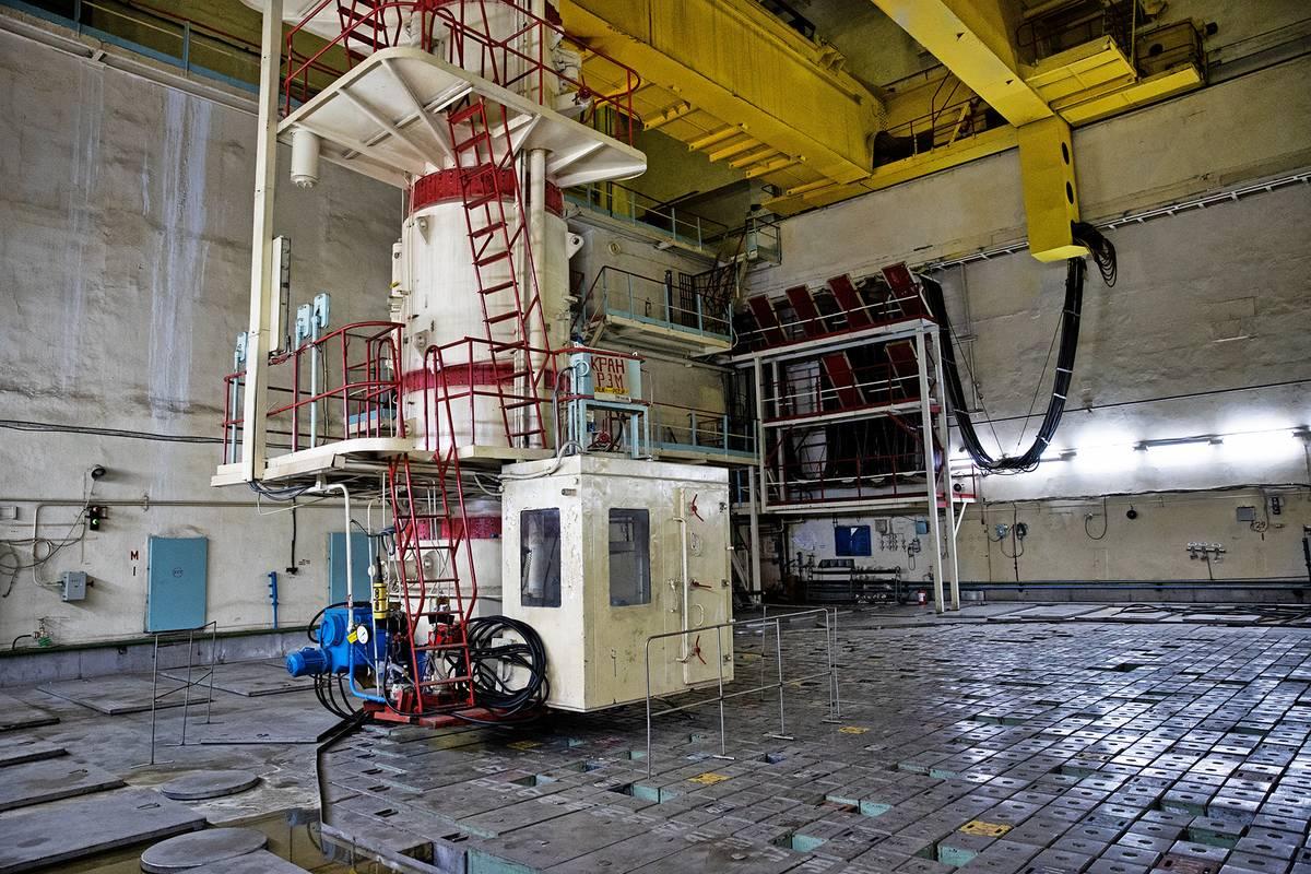 Kabina operátora, který obsluhoval výměnu palivových tyčí. Podlahu tvoří víko tlakové nádoby reaktoru.