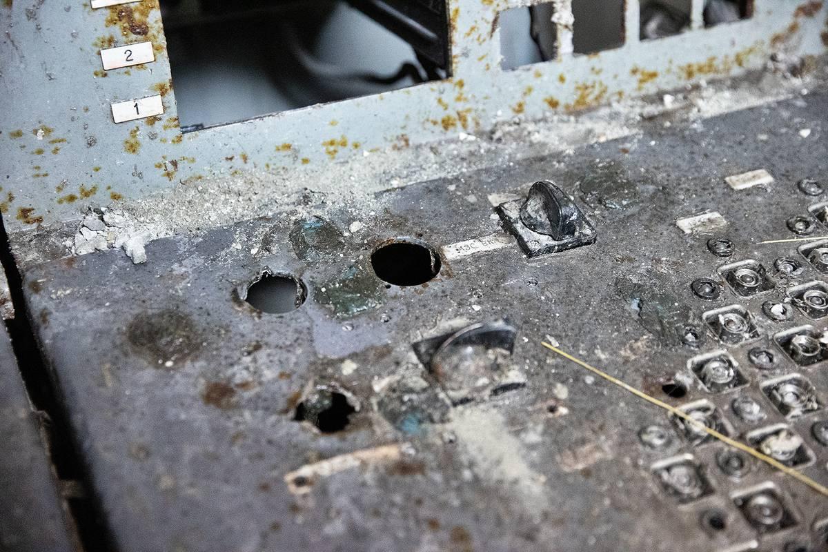 V levém otvoru na ovládacím pultu se nacházel pověstný knoflík AZ5, který měl zajistit rychlé odstavení reaktoru okamžitým zasunutím všech regulačních tyčí do reaktoru a zabránit jaderné katastrofě.