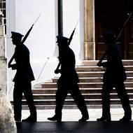 SZ / letní počasí na Pražském hradě. Vojáci při vysokých teplotách opuštění stráž.